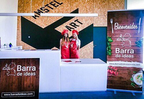 Azafatas vestidas de cocineras en Barra de ideas