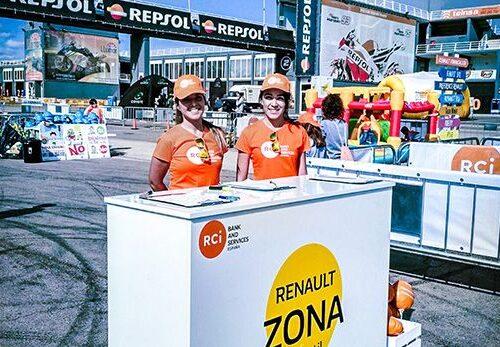 Azafatas stand de Renault en evento deportivo