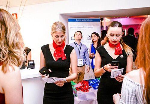 Azafatas registrando invitados para un evento