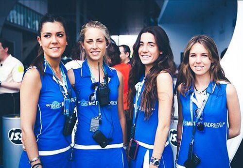 Azafatas con uniformes para evento de la Mutua Madrileña
