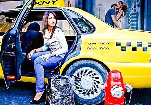 Azafata modelo en taxi
